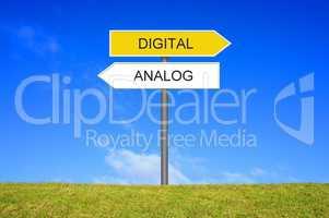 Schild Wegweiser zeigt Analog und Digital