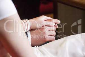 Braut und Braeutigam halten Haendchen