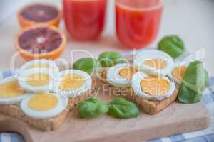 Toast mit Ei und Orangensaft