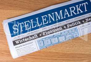 Stellenmarkt Zeitung auf Schreibtisch im Büro