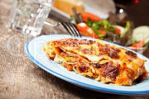 frische Lasagne auf einem blauen Teller
