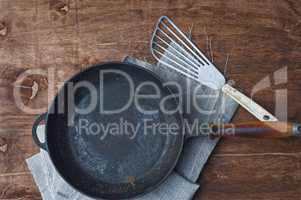 Cast iron black frying pan with kitchen iron shovel