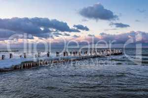 Buhne an der Ostseeküste bei Zingst im Winter