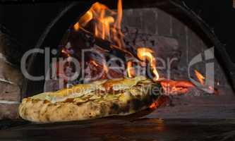 frisch im Holzofen gebackene italienische Pizza Napoli
