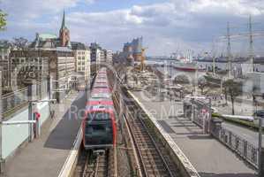 Stadtansicht Landungsbrücken und U-Bahnlinie in Hamburg, Deutsc