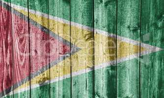 Fahne von Guyana auf verwittertem Holz