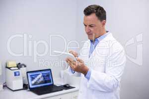 Attentive dentist using digital tablet