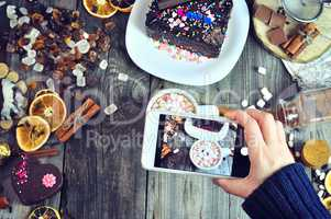 Photographing sweet food on a mobile phone
