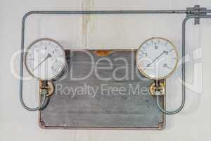 Zwei alte Druck Messuhren auf einer Metallplatte aus Gußeisen