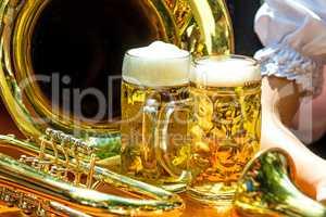 Maß Bier mit Blasinstrumenten