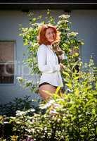 Sie genießt die Schönheit Ihres Gartens