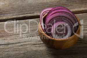 Onion slices in wooden bowl