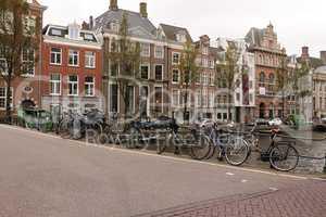 Fahrräder auf einer Brücke im Zentrum von Amsterdam
