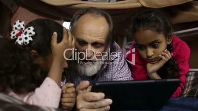 Smart kids explain how to use internet to grandpa