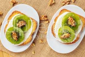 Toast with kiwi, cheese and walnuts