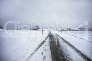 Route avec de la neige en hiver