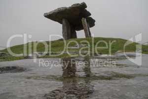 Poulnabrone Dolmen Tomb in Burren Irleland,