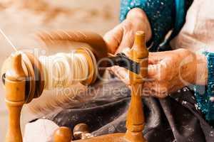 Craftsman spinning cotton