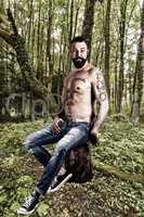 Muskulöser Waldarbeiter
