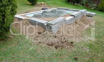 Beton Fundamet im Garten für ein Gewächshaus