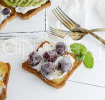 toast with mild cottage cheese and cherry berries