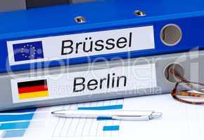 Berlin und Brüssel - Zwei Ordner im Büro