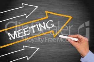 Meeting - Kreidetafel mit Pfeilen und Hand