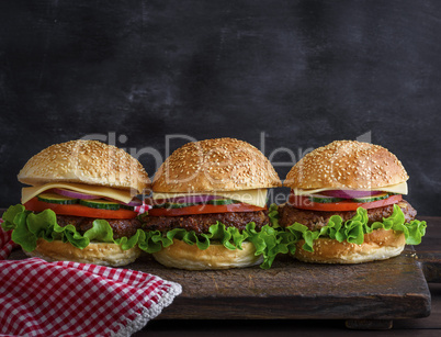 Hamburger with beef, cheese and vegetables