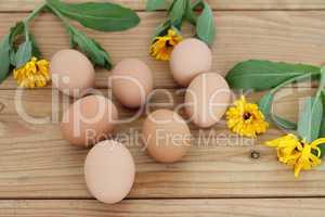 Eier liegen auf einem Holztisch
