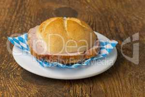 eine typisch bayerische Brotzeit die Leberkässemmel