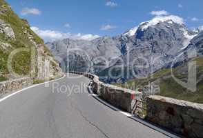 Straße in den Alpen Stilfser Joch Serpentinen