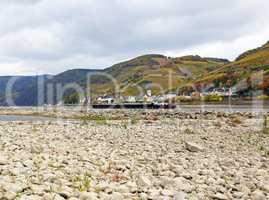 Niedrigwasser am Rhein, Mittelrheintal bei Assmannshausen