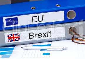 EU und Brexit zwei Ordner im Büro