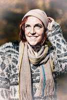Porträt einer lächelnden Frau im Schnee
