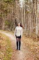 Porträt einer jungen Frau stehend im Wald