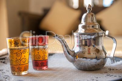 Marokkanische Teekanne mit Teegläsern und Minztee