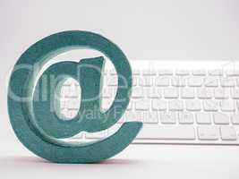 E-mail Icon vor weißer Tastatur