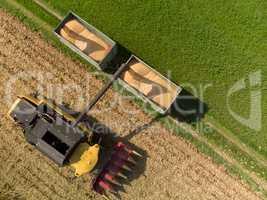 Luftaufnahme von Maispflücker beim Abladen auf Anhänger
