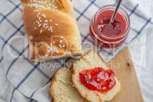 Brioche mit Marmelade