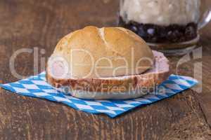 Ein typischer bayerischer Snack der Leberkaessemmel