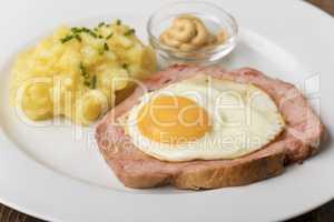 Ein typischer bayerischer Snack der Leberkaese mit Kartoffelsalat