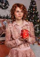 Mädchen mit Weihnachtsgeschenk am Heilig Abend